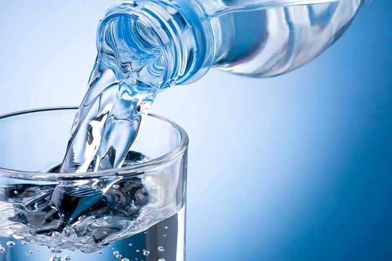 Woda mineralna rozpuszcza kamienie nerkowe